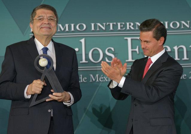Escritor y ex vicepresidente de Nicaragua Sergio Ramírez (izda.) y presidente de México, Enrique Peña