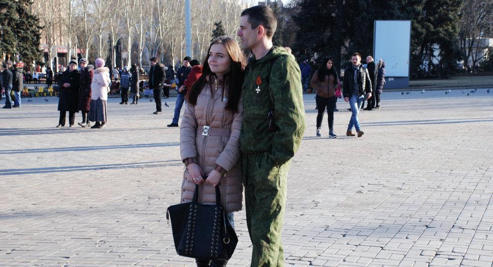 Miliciano con su chica durante la celebración del Día de los defensores de la Patria, 23 de febrero, 2015