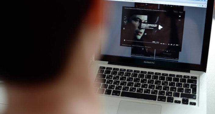 Hombre mira una película descargado ilegalmente
