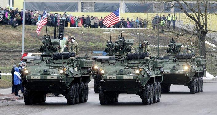 Vehículos militares estadounidenses se pavonean a 300 mts de la frontera con Rusia