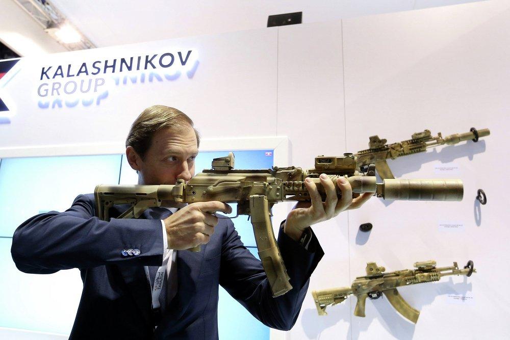 Ministro de Industria y Comercio de Rusia, Denís Manturov, al lado del stand de la empresa Kalashnikov en la feria IDEX 2015