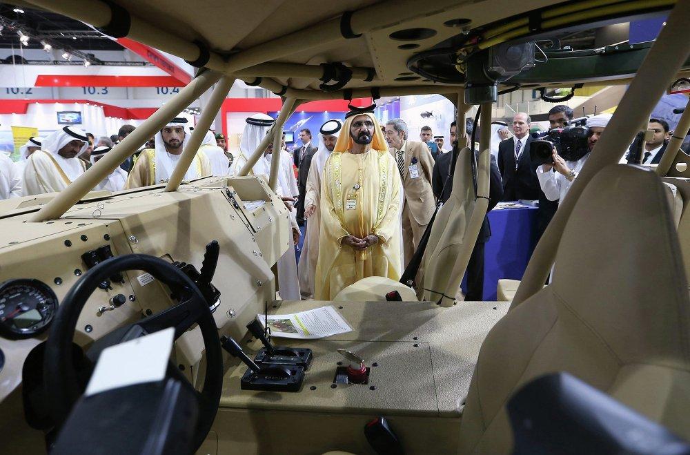 El primer ministro de los Emiratos Árabes Unidos, Mohamed bin Rashid Al Maktum, en la feria IDEX 2015 en Abu Dabi