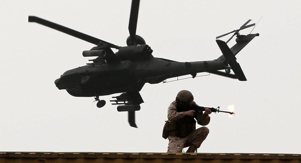 Un helicóptero y un militar emiratíes (archivo)