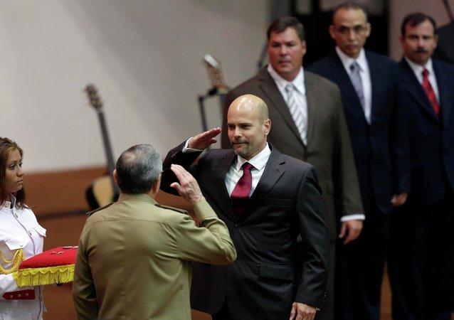 Los Cinco reciben el título de Héroes de la República de Cuba de manos del presidente Raúl Castro