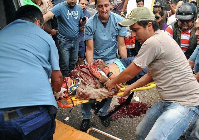Los servicios de emergencia trasladan el cuerpo del joven Kluivert Roa, en San Cristóbal
