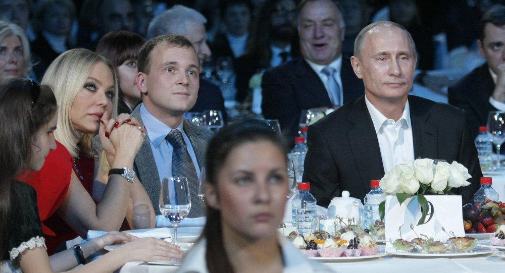 Ornella Muti (izda.) en una cena de beneficencia organizada por Vladímir Putin