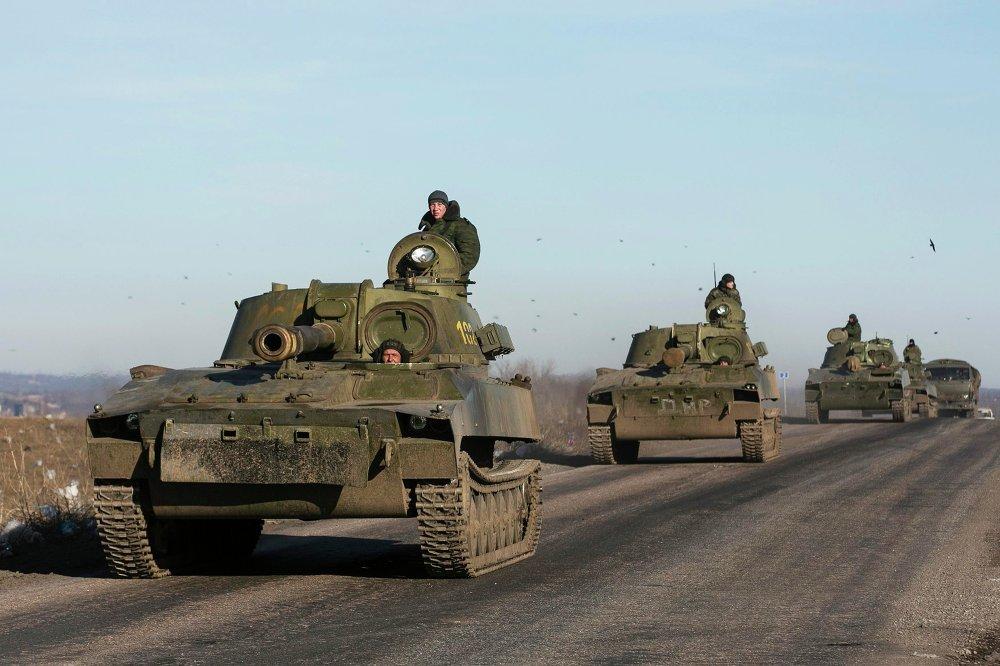 Los milicianos de la autoproclamada República Popular de Donetsk retiran el armamento pesado de la región de Debáltsevo