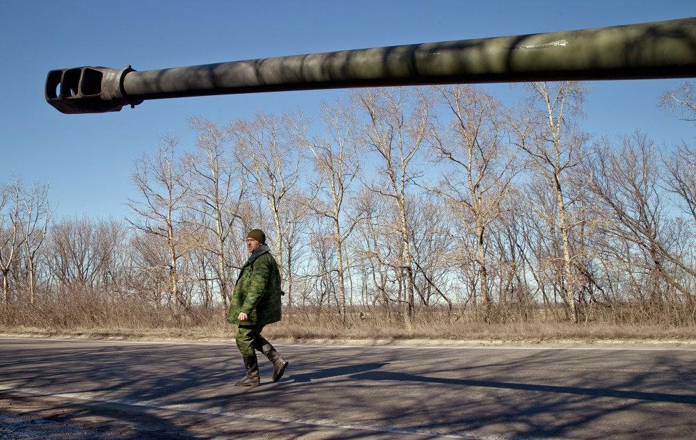 Un miliciano de la autoproclamada República Popular de Donetsk en las cercanías de Donetsk