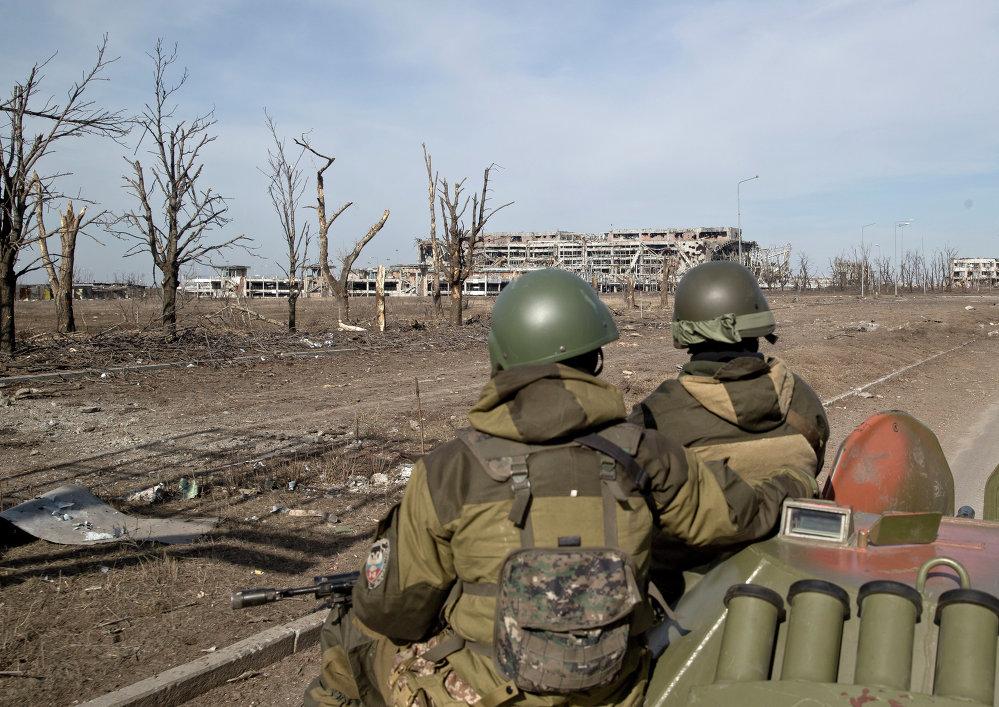 Milicianos cerca del edificio del aeropuerto de Donetsk destruido durante los combates