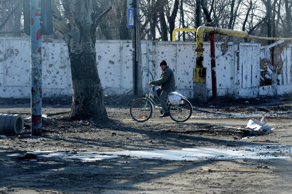 Un vecino del poblado de Oktiabrski, ubicado cerca del aeropuerto de Donetsk