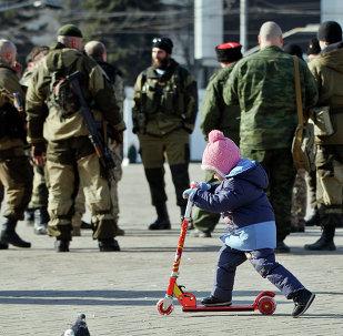 Niña juega en la una calle de Donetsk