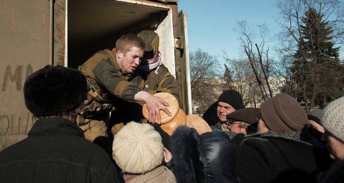 Distribución de la ayuda humanitaria a los habitantes de Debáltsevo