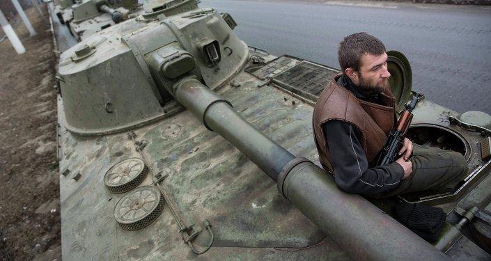 Las milicias de Donetsk anuncian la retirada de los últimos convoyes de sus armas pesadas