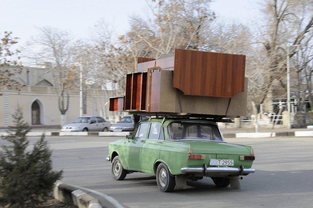 Automóvil ruso en una calle de Bujará, Uzbekistán