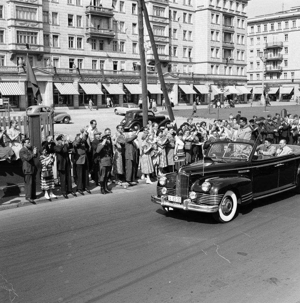 El líder norcoreano Kim Il Sung saluda a la multitud desde un automóvil soviético que transita por Stalin Allee en Berlín Oriental