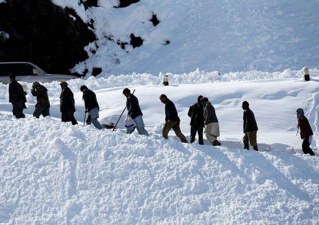 Hombre afganos asisten a la ceremonia fúnebre de víctimas de avalanchas en Afganistánm, 26 de febrero, 2015