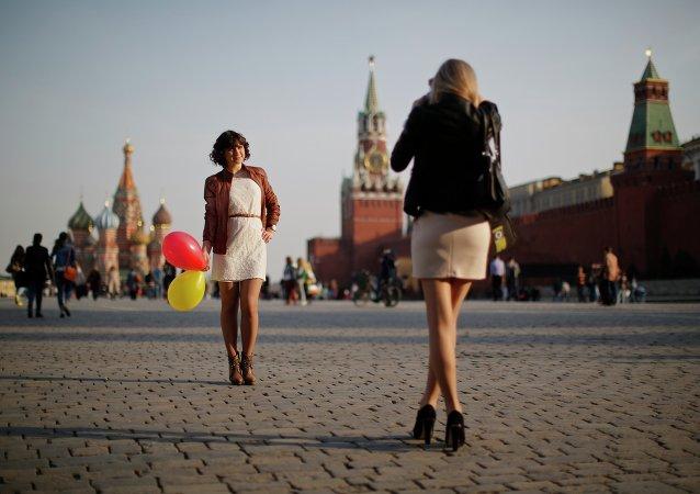 Chicas hacen fotos en la Plaza Roja de Moscú
