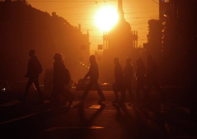La gente pasea por una calle de San Petersburgo