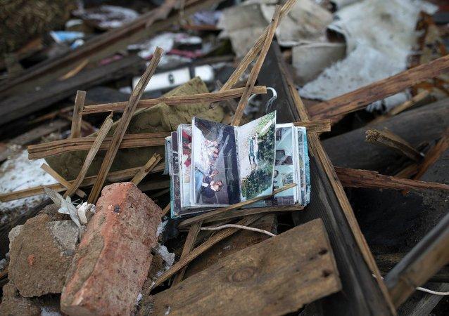 Album de fotos de la familia se ve en las ruinas de una casa en un barrio cerca de Donetsk