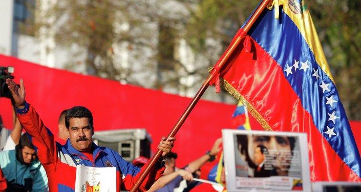 Presidente de Venezuela, Nicolás Maduro (C), habla durante una manifestación en Caracas