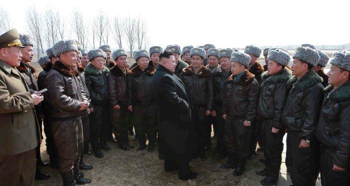 Kim Jong-un con los militares de la Fuerza Aérea de Corea del Norte