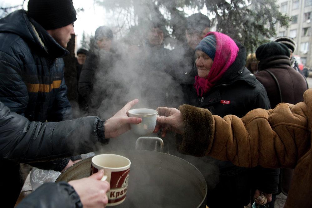 Distribución de la comida caliente entre los habitantes de esta localidad