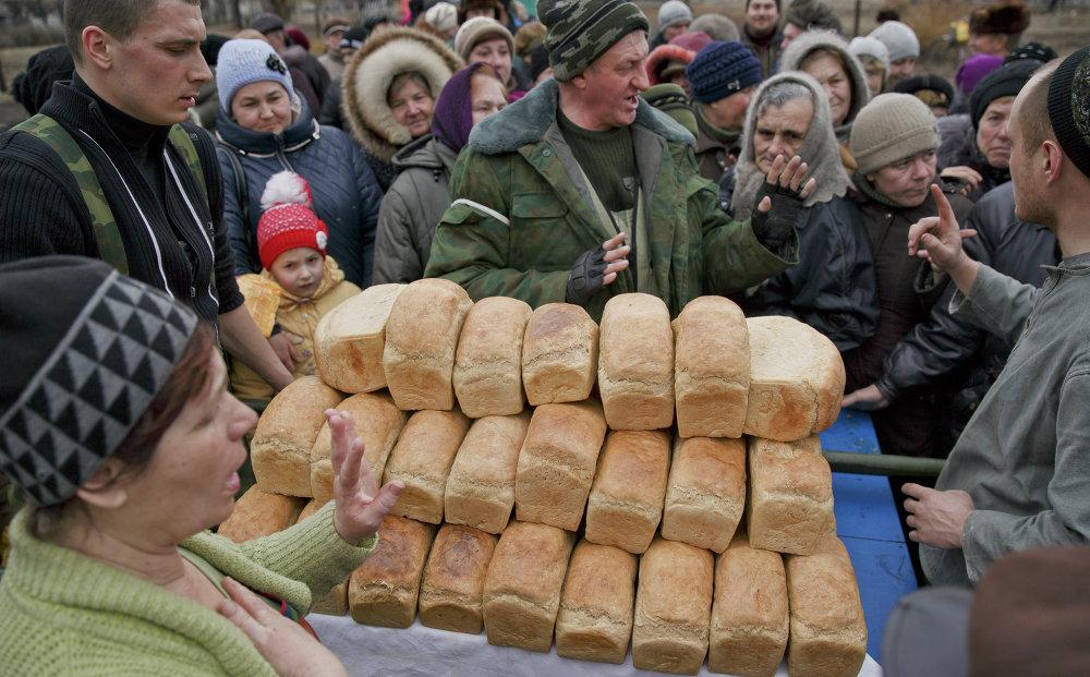 Milicianos distribuyen pan entre los habitantes de Chernujino, en la provincia de Lugansk