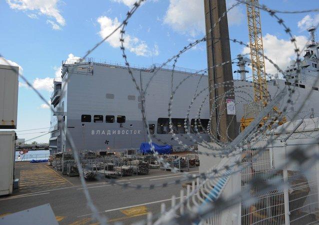 Buque de clase Mistral está atracado en el astillero de Saint-Nazaire, Francia, 20 de agosto 2014