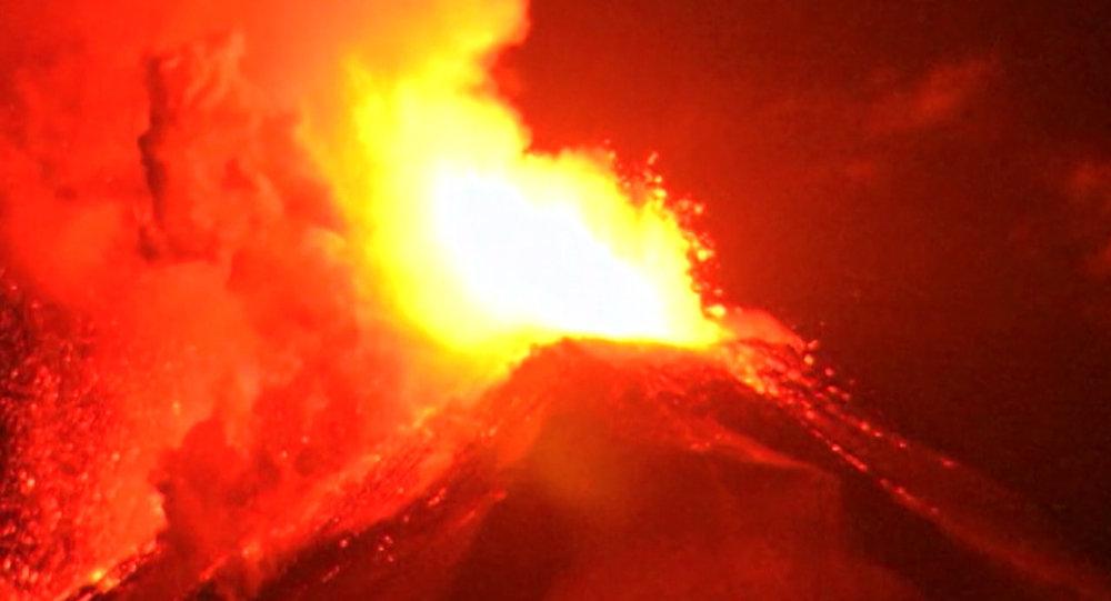 Erupción de un volcán (archivo)