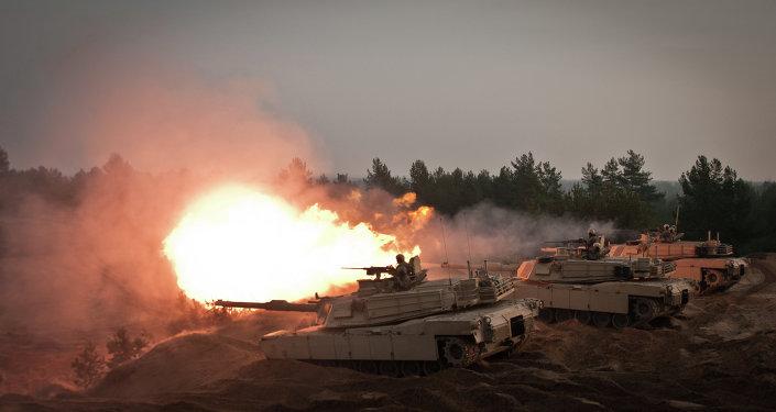 Los tanques M1A2 estadounidesnes durante las maniobras en Letonia, país limítrofe con Rusia (archivo)