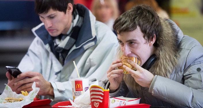 Exmédico jefe ruso acusa a Coca-Cola y McDonald's de librar una guerra contra Rusia