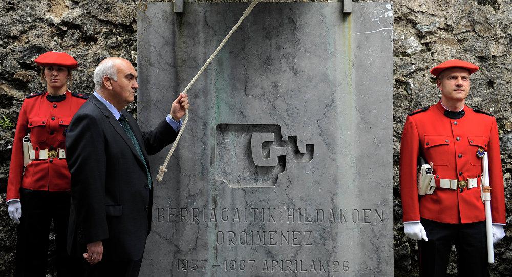 Un hombre toca la campana en homenaje a los caídos de Guernica, norte de España, en el aniversario del ataque