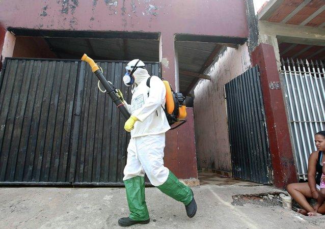 Fumigación para controlar la expansión de dengue