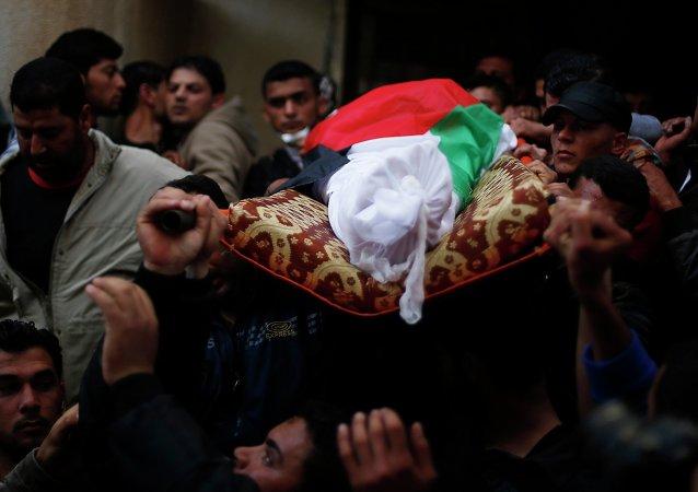 Familiares llevan el cuerpo del pescador palestino Tawfiq Abu Reyala, asesinado en Gaza