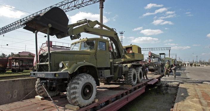 Militares ucranianos recogen equipo militar de Crimea (archivo)