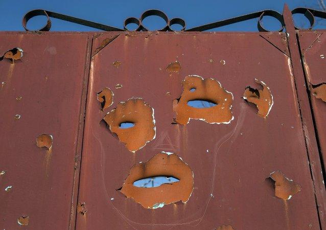 Una puerta сon agujeros en el distrito Oktyabrski de Donetsk
