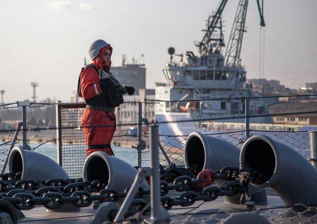 Soldado monta guardia en la fragata turca Turgutreis