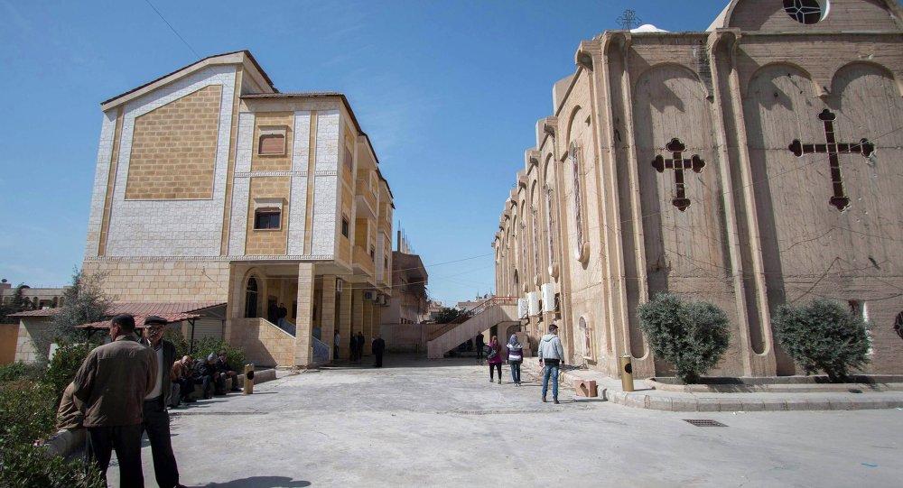 Asirios deslpazados junto a la iglesia en la ciudad de Al Hasaka (noreste de Siria)