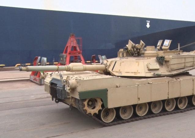 Militares de EEUU descargan tanques Abrams y blindados M2A3 Bradley en el puerto de Riga