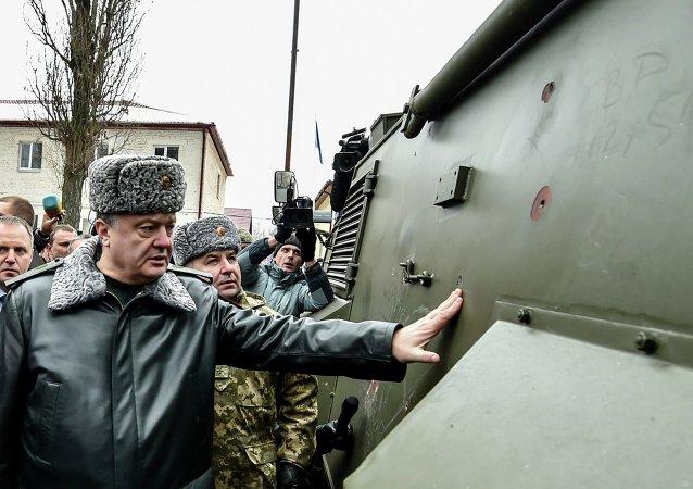 Petró Poroshenko inspeccionan vehículo blindado ligero Saxon (Archivo)