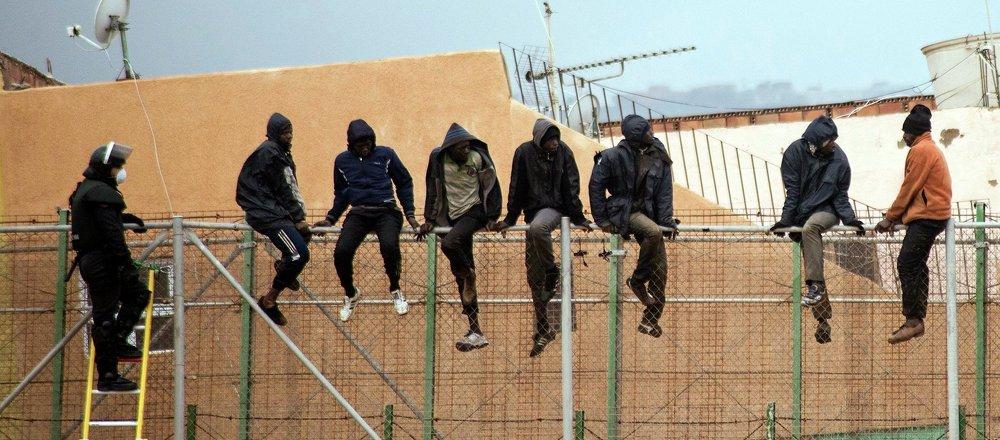 Inmigrantes ilegales saltan la valla de Melilla (archivo)
