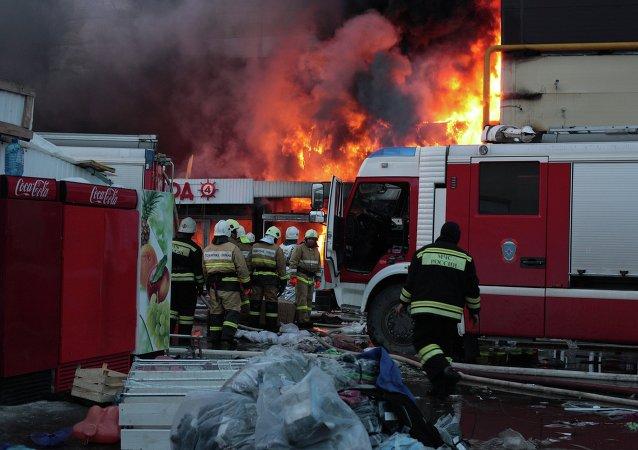 Incendio en el centro comercial Admiral en Kazán
