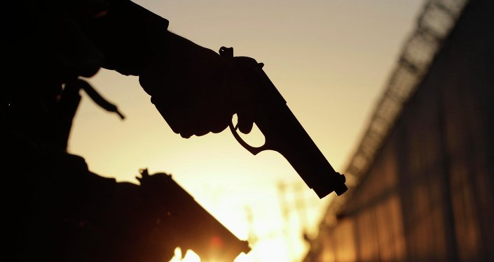 Los miembros de la Fuerza Pública de la policía comprueban sus armas