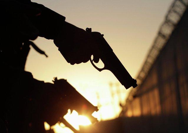 Los miembros de la Fuerza Pública (Fuerza Civil) de la policía comprueban sus armas