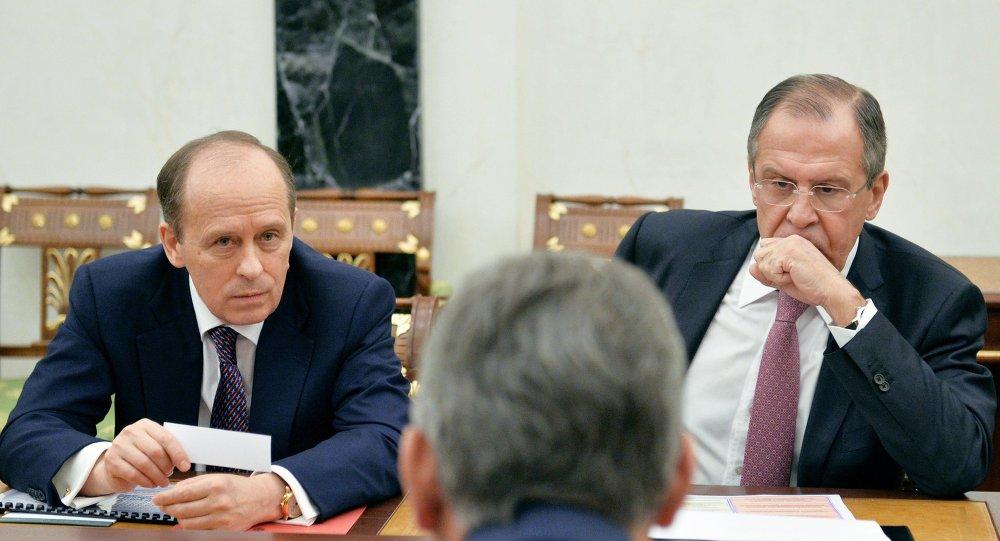 Ministro de Exteriores de Rusia, Serguéi Lavrov (dcha.) y jefe del FSB Alexander Bortnikov