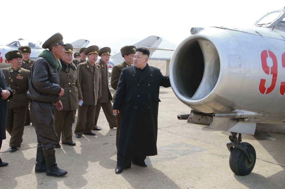 Kim Jong-un en una unidad de la Fuerza Aérea de Corea del Norte, marzo de 2015