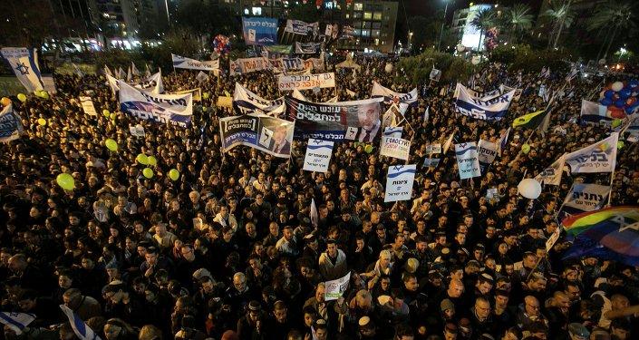 Manifestantes participan en un mitin para apoyar a un gobierno de derecha en la plaza Rabin de Tel Aviv