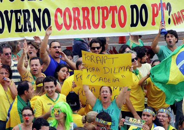 Manifestantes protestan contra la corrupción de gobierno de Dilma Rousseff