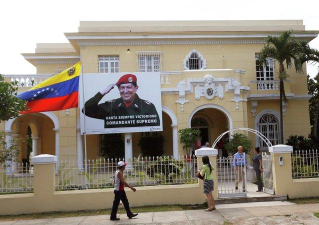 Una bandera del fallecido presidente de Venezuela Hugo Chávez se ve en la embajada de Venezuela en La Habana
