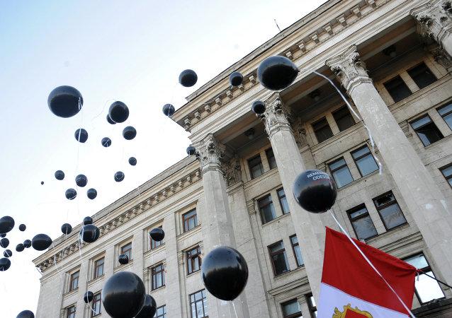 Actos de luto cerca de la Casa de los Sindicatos en Odesa